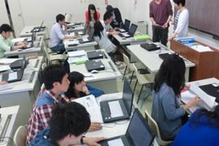 学院OA室、5番教室のPCはグループワークに必需品です。自前のPCはレポート提出に頻繁に使用します。使い方も上手くなります。