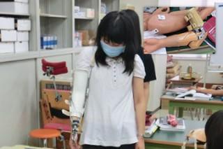 <義肢装具学実習> 練習用の義手をはめて動かし方を確認しながら学んでいます。この他義足や体幹装具の学習をします。また、副子(splint)作製の実技も行います。